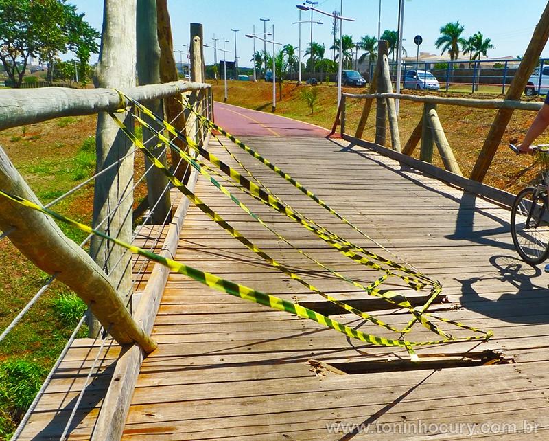 Ponte da ciclovia: perigo. (Foto: Toninho Cury)