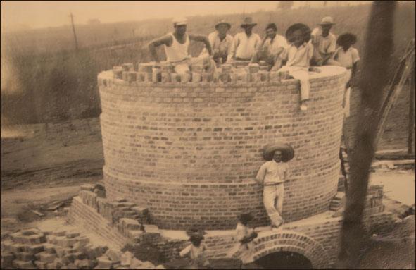 Construção da chaminé das Indústrias CRAI. Foto cedida gentilmente pela família Barbizan. (Foto reprodução: Toninho Cury)