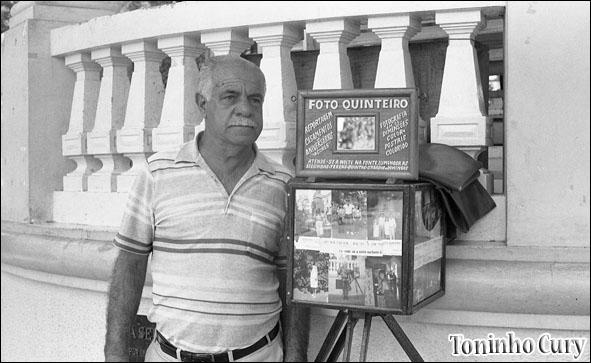 Mário Quinteiro ao lado da sua 'lambe-lambe': poesia. Abril/1987. (Foto: Toninho Cury)