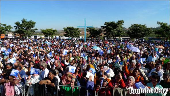 Multidão acompanha a missa em memória de padre Donizetti, em Tambaú. 20/06/10. (Foto: Toninho Cury)