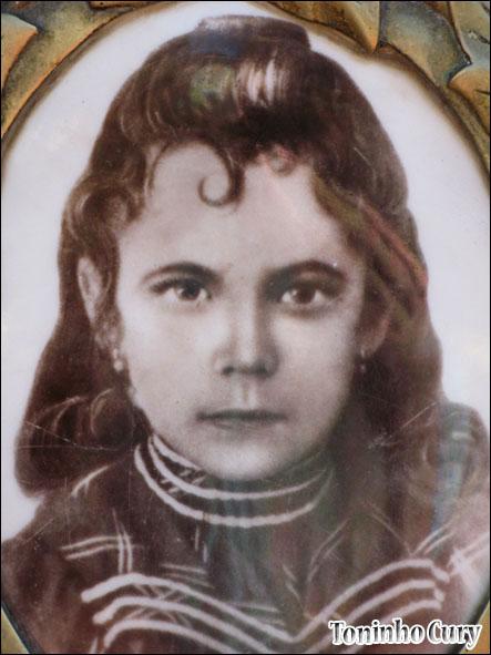 Imagem da menina Izildinha no mausoléu. (Foto reprodução: Toninho Cury)