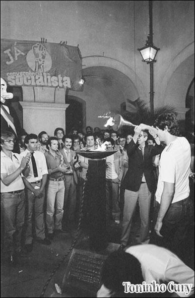 Acesa a pira por uma nova Constituição pelo então presidente da OAB, Dr. Márcio Thomaz Bastos e pelo presidente do Diretório Acadêmico XI de Agosto, Fernando Haddad. (Foto: Toninho Cury) Janeiro/1985