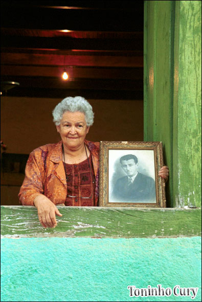 Vó Nira segura o retrato de Elpídio dos Santos, um dos mais talentosos músicos brasileiros. São Luiz do Paraitinga/SP. 2000. (Foto: Toninho Cury)