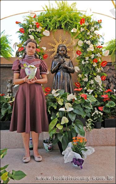 Larissa se veste como a 'Menina Izildinha' para agradecer a uma graça recebida. (Foto: Toninho Cury)