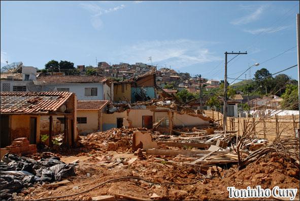 Destruição no caminho das águas em São Luiz. (Foto: Toninho Cury)